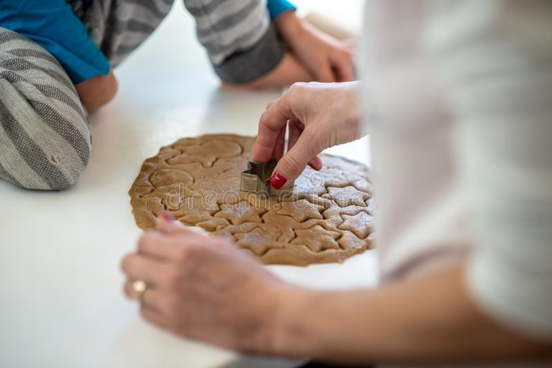 Vue de plan rapproché de la mère et de l'enfant faisant des biscuits image libre de droits