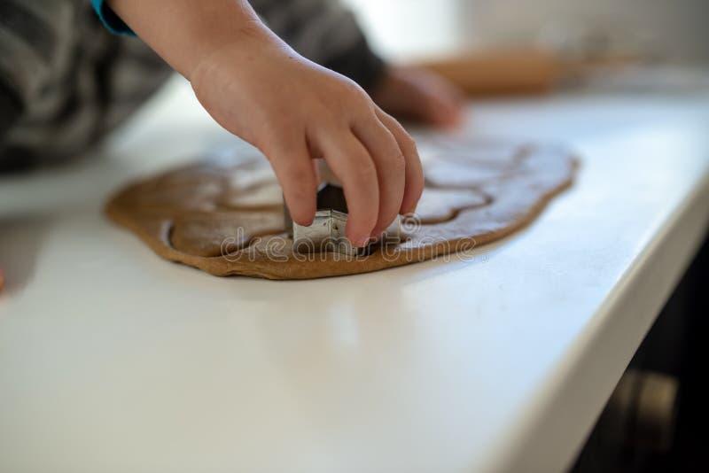 Vue de plan rapproché de la main d'enfant d'enfant en bas âge faisant des biscuits image stock