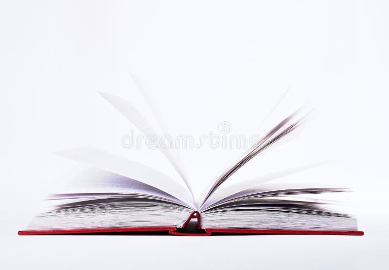 Vue de plan rapproché de livre ouvert avec des pages dans la couverture dure rouge, d'isolement sur le fond blanc photo libre de droits