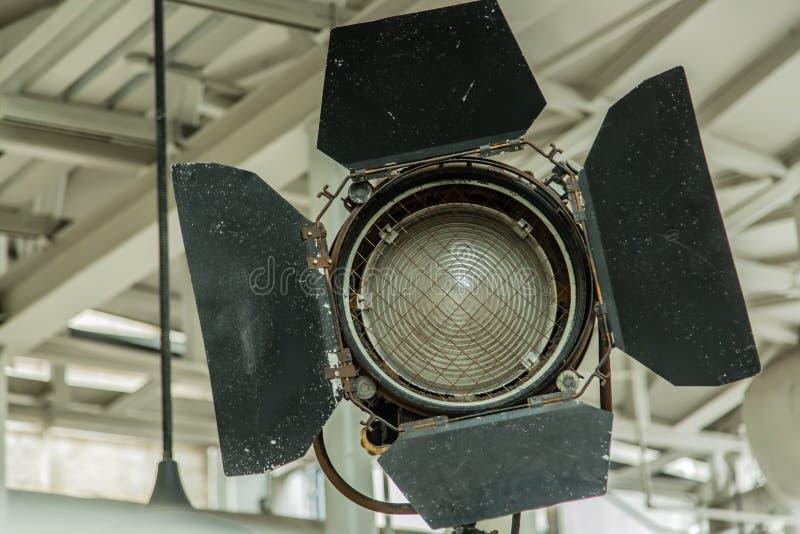 Vue de plan rapproché de lumière en métal de studio de film de style de cru images stock