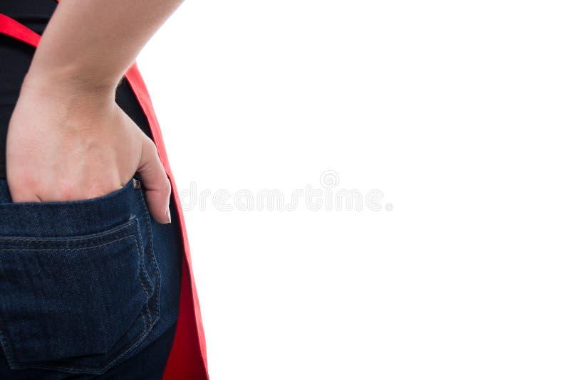 Vue de plan rapproché de main de fille dans sa poche photos stock