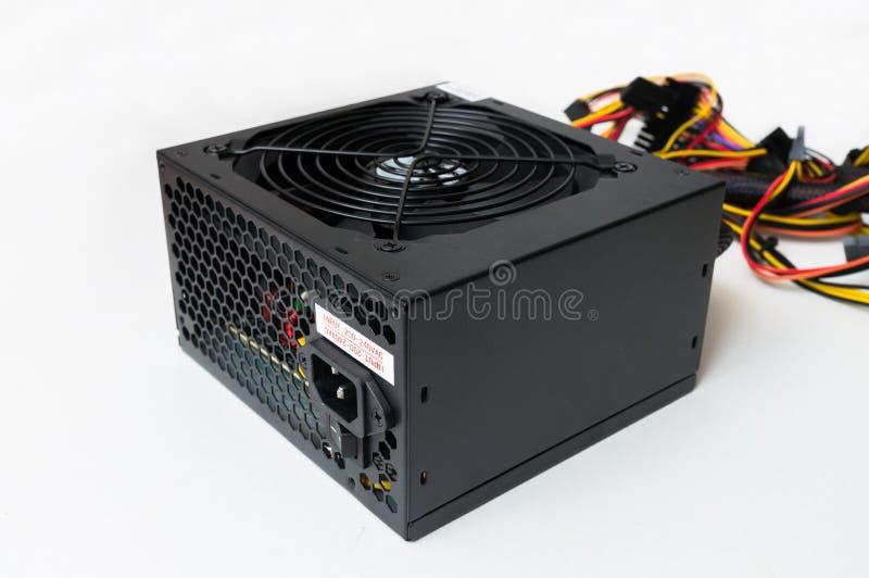Vue de plan rapproché sur l'alimentation d'énergie d'ordinateur sur le fond blanc photo stock