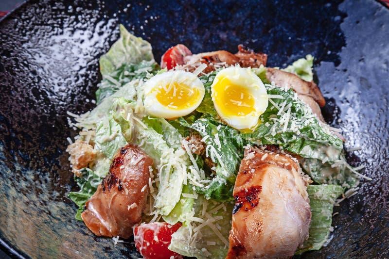 Vue de plan rapproché sur la salade fraîche avec le bol d'oeufs et de viande Nourriture étendue plate de foyer sélectif pour le l photographie stock libre de droits