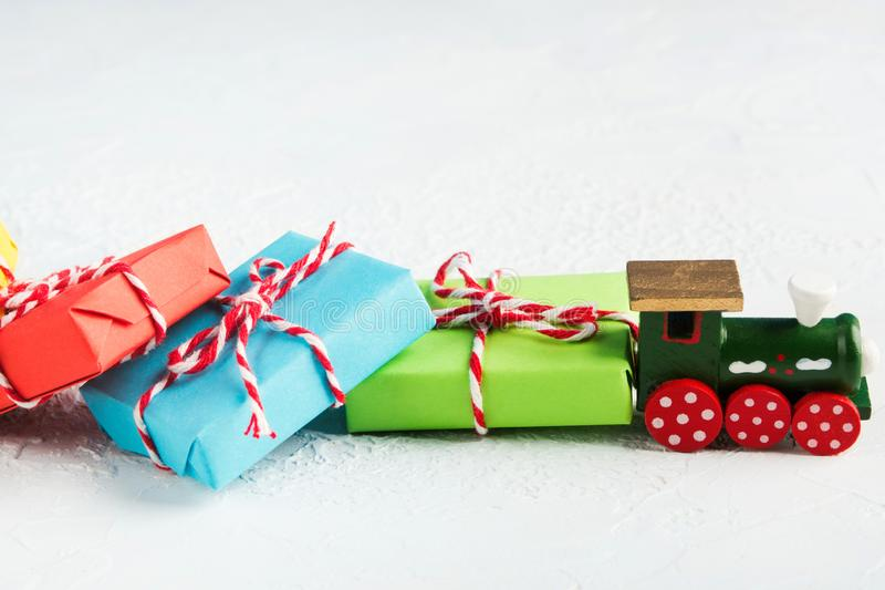Vue de plan rapproché de train en bois avec les cadeaux colorés sur le fond blanc image libre de droits