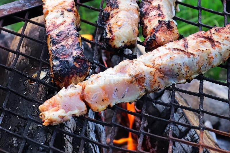 Vue de plan rapproché de viande crue de poulet sur un BBQ images libres de droits
