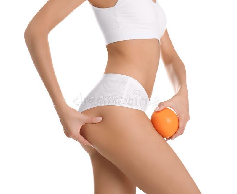 Vue de plan rapproch? de femme mince dans les sous-v?tements avec l'orange sur le blanc Concept de probl?me de cellulites images libres de droits