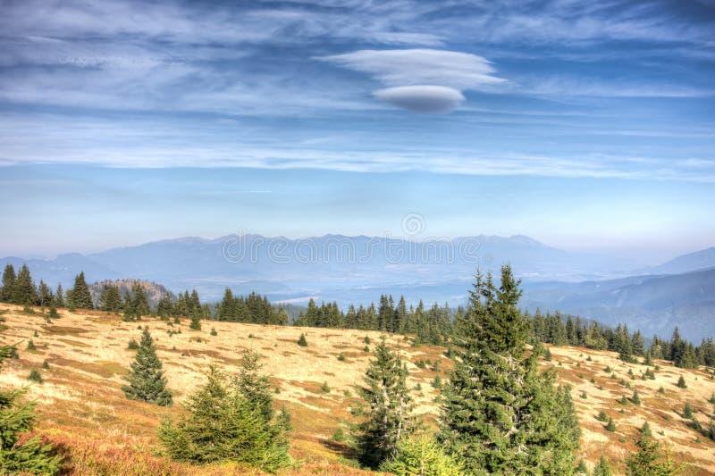 Vue de plus grand Fatra à de hautes montagnes de Tatras - Slovaquie image stock