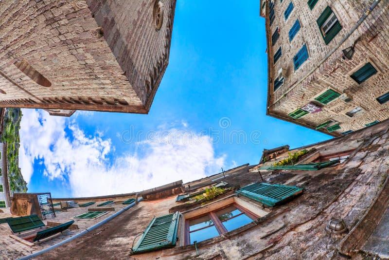 vue de Poisson-oeil de la vieille ville sur le fond de ciel photos stock