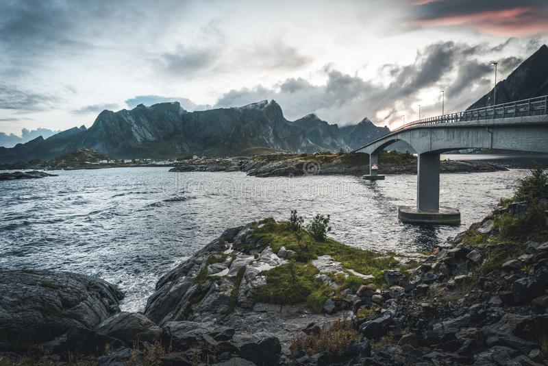 Vue de pont au-dessus de la mer et de montagnes dans des îles de Lofoten, Norvège Arête de Hamnoy au coucher du soleil en hiver P photographie stock libre de droits