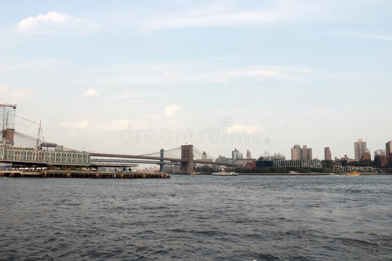 Vue de pont de Brooklyn et horizon de Manhattan Fond images libres de droits
