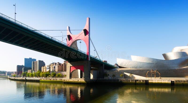 Vue de pont d'onguent de La et de musée de Guggenheim bilbao photographie stock libre de droits
