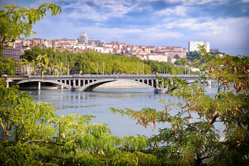Vue de pont de Wilson entre les Frances de Lyon d'arbres image libre de droits