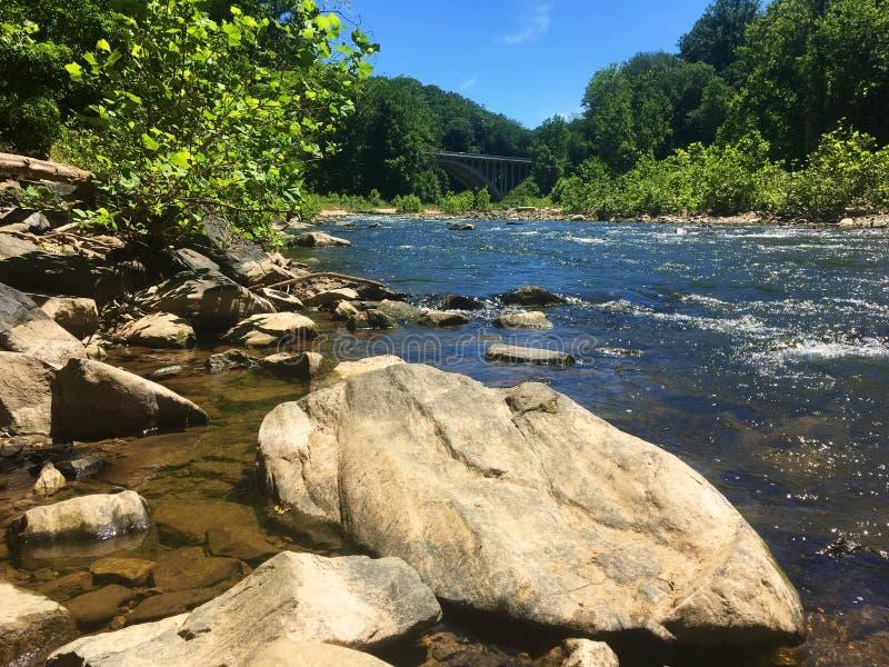 Vue de pont des roches de rivière en parc d'état de vallée de Patapsco images stock