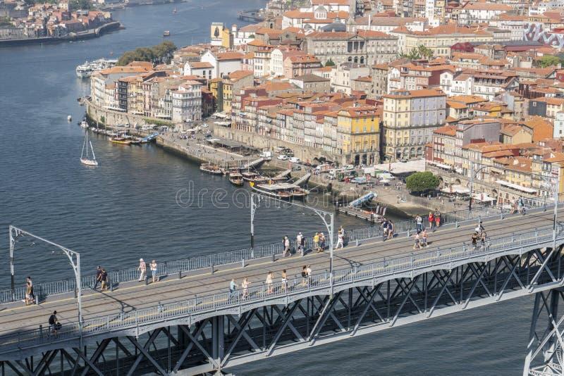 Vue de pont de Dom Luis I avec la voie et les touristes de métro images stock