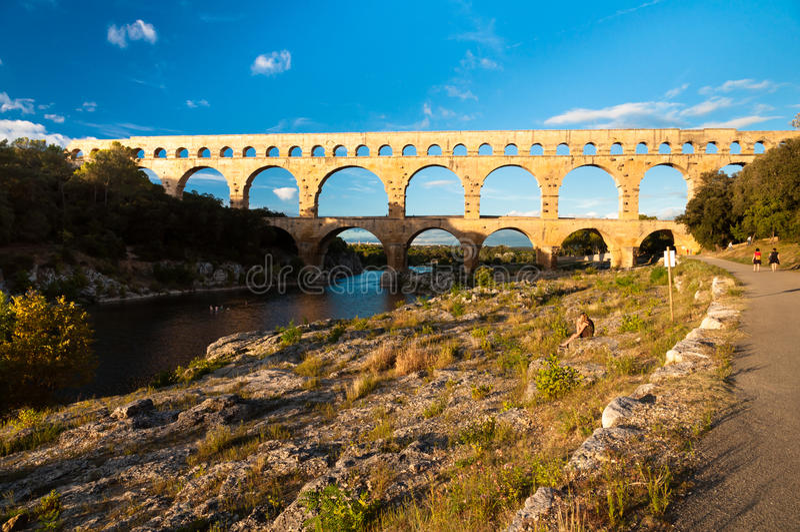 Vue de Pont du le Gard de chemin de marche de touristes photographie stock