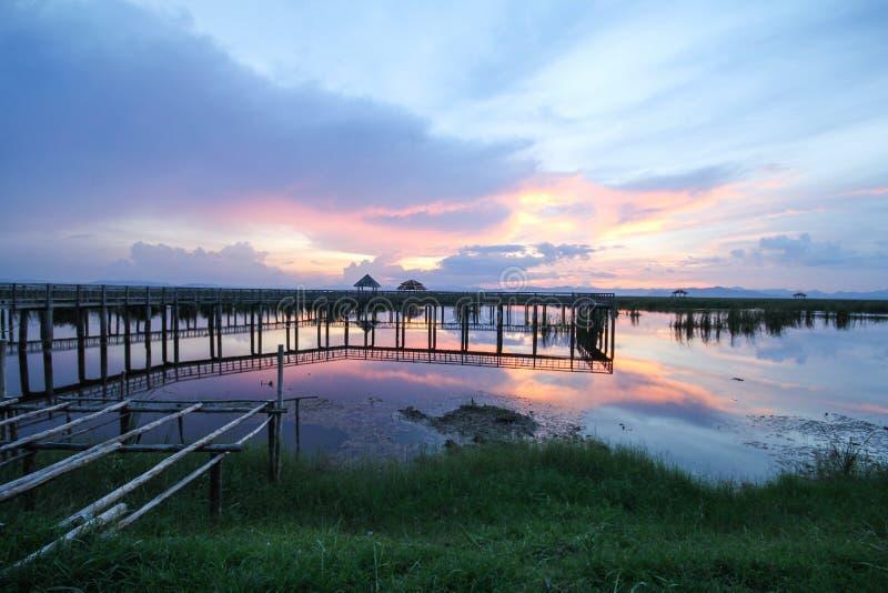 vue de pont en bois au parc national de yod de ROI de Khao Sam, Prachuap Khiri Khan, Thaïlande images libres de droits