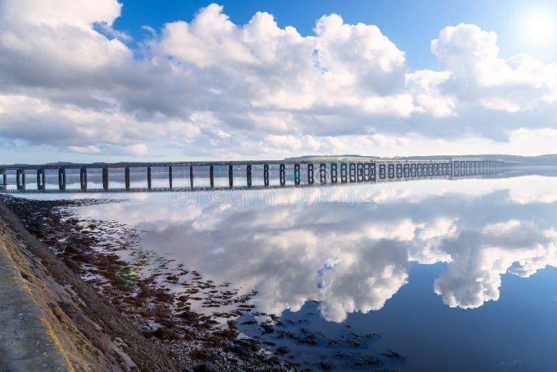 Vue de pont en chemin de fer à travers une rivière sur Sunny Day photo libre de droits