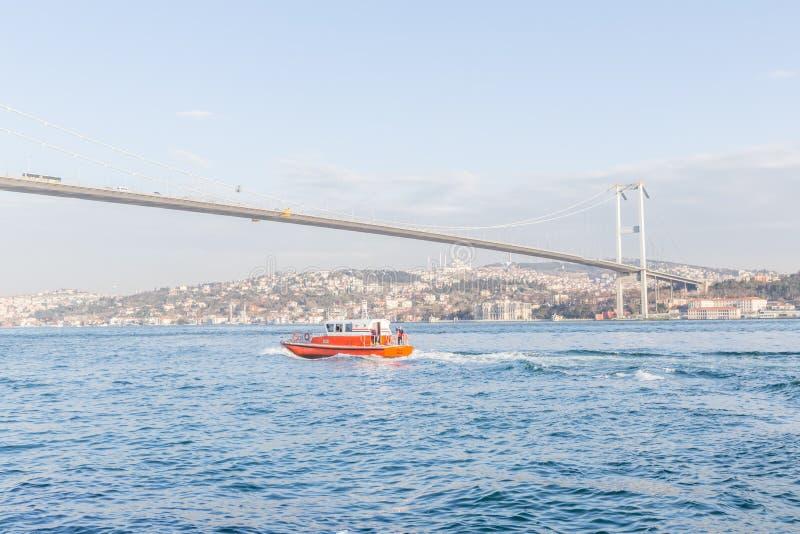 Vue de pont de martyres du 15 juillet à Istanbul images stock