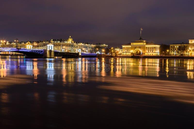Vue de pont de palais la nuit St Petersburg Russie image libre de droits