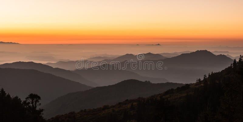 Vue de Poonhill des montagnes autour d'Annapurnas Rose chaud et lumière orange de lever de soleil sur la gamme de montagne d'Anna photo stock