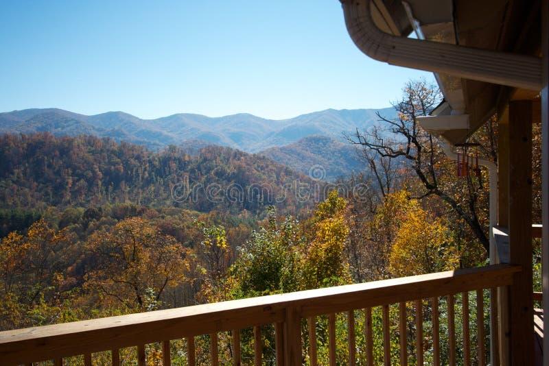 Vue de porche de cabine de montagne image libre de droits