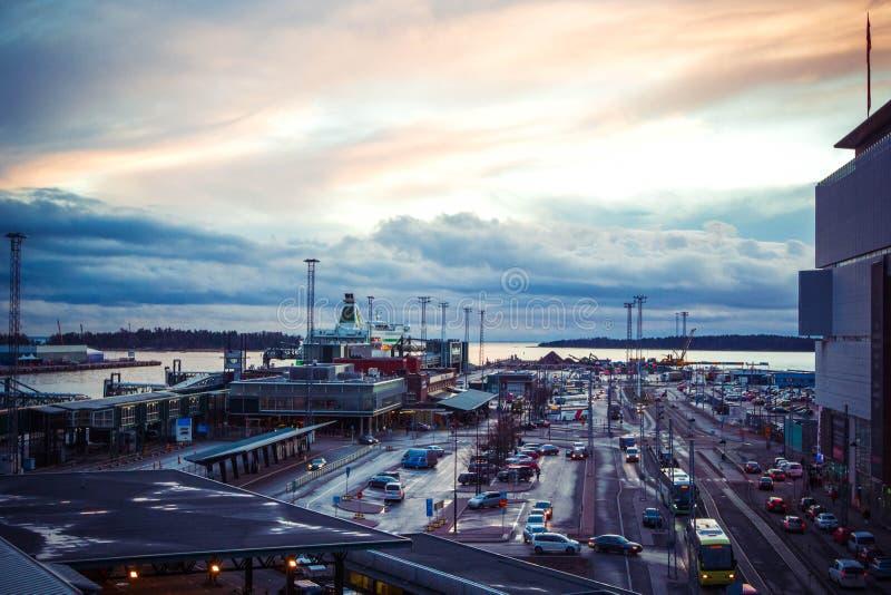 Vue de port d'affaires avec le transport international avec la cargaison d'expédition, bateaux, revêtements de croisière, station photo stock
