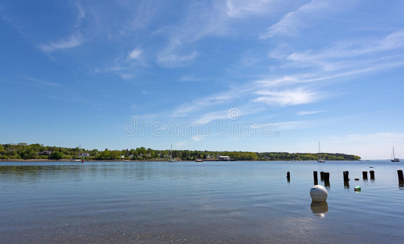 Vue de port de Belfast Maine en ressort en retard photographie stock libre de droits