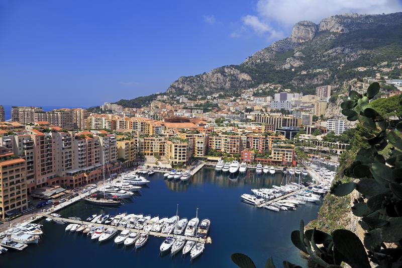 Vue de port de Fontvieille avec des bateaux et des yachts décrits en principauté du Monaco images libres de droits