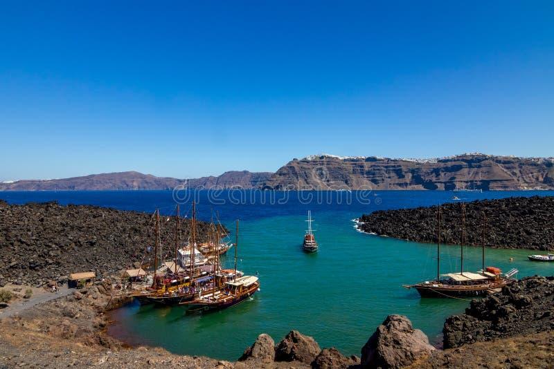 Vue de port de Nea Kameri avec des bateaux, Santorini, Grèce photos libres de droits
