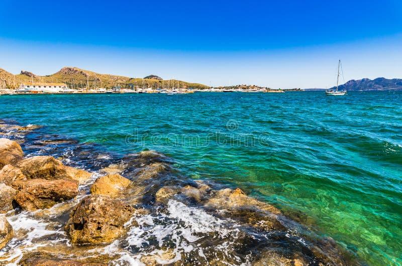 Vue de Port de Pollensa, paysage de bord de la mer à la côte de Majorca, Espagne photo libre de droits
