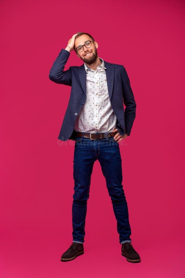 Vue de portrait d'un homme d'affaires heureux attirant avec des verres sur un fond rose image libre de droits