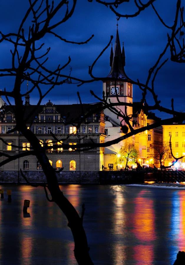 Vue de Prague d'île de Kampa par nuit photos stock