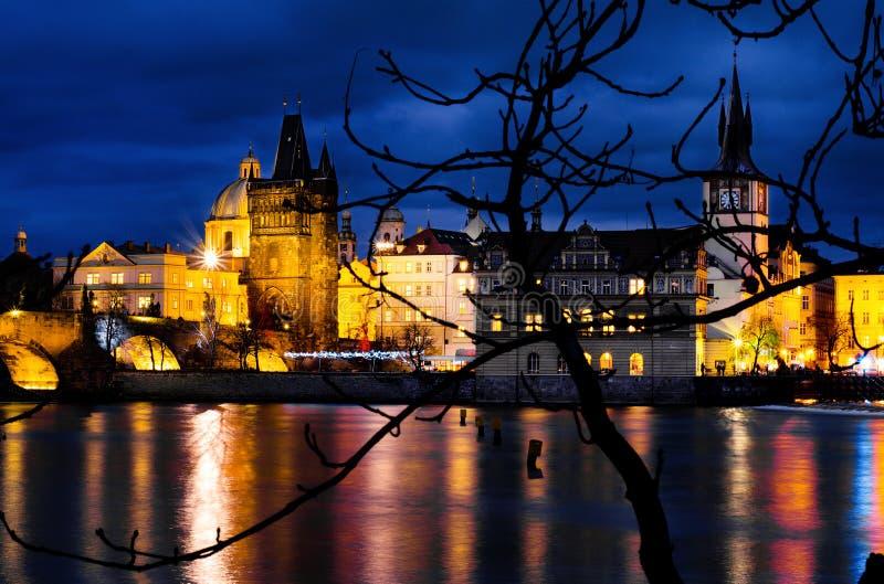 Vue de Prague d'île de Kampa par nuit photographie stock
