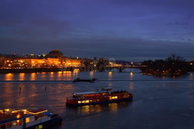 Vue de Prague de nuit images stock