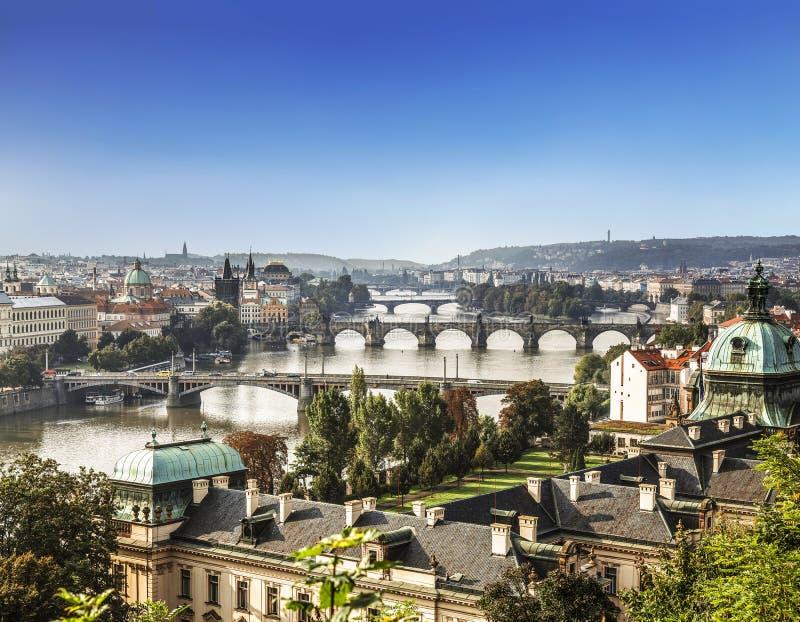 Vue de Prague et des ponts pendant le début de la matinée photographie stock libre de droits