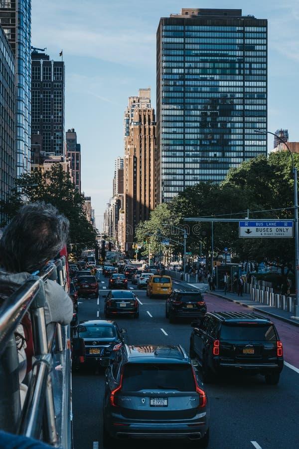 Vue de première avenue, New York, Etats-Unis, du haut d'autobus de touristes image libre de droits