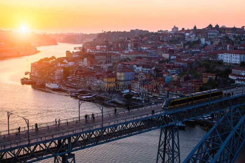 Vue de primevère farineuse de pont de Dom Luis I et de rivière de Douro, Porto images stock