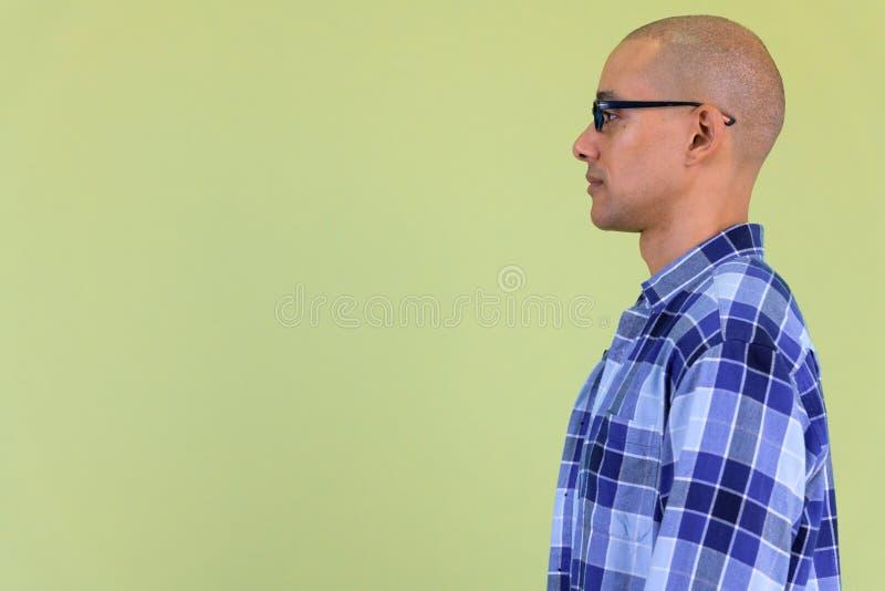 Vue de profil d'homme chauve bel de hippie avec des lunettes image libre de droits