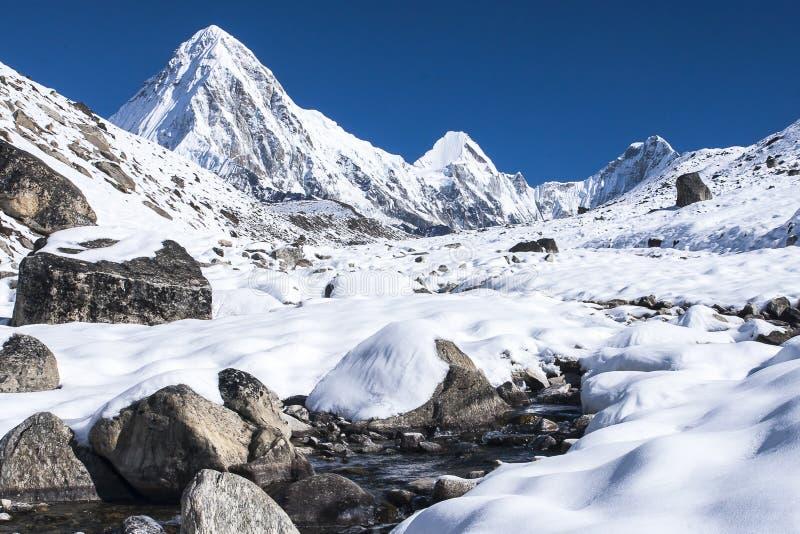 Vue de Pumori, de Lingtren et de Khumbutse photo libre de droits