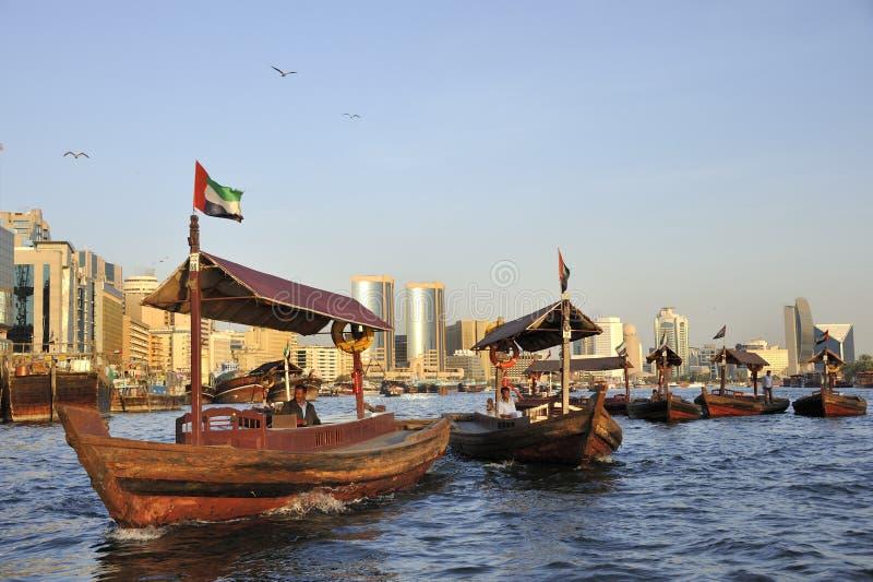 Vue de quart de Deira de Dubai Creek avec les abra?s ou le taxi de l'eau photographie stock libre de droits