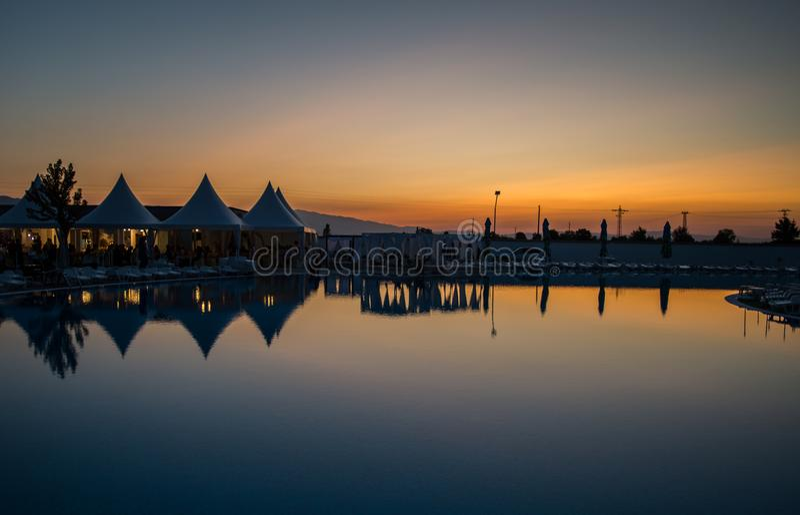 Vue de réflexion de l'eau de coucher du soleil de panorama photo stock