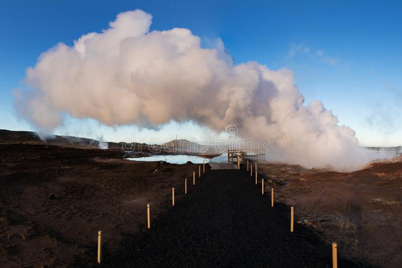 Vue de r?gion g?othermique de Gunnuhver et de centrale ? la p?ninsule de Reykjanes, Keflavik, Islande Hot Springs pr?s de la lagu photos libres de droits