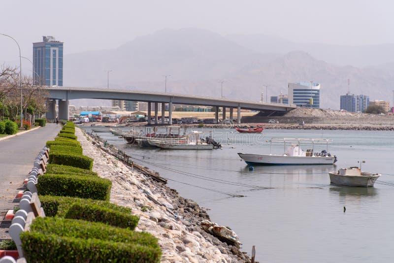 Vue de RAK Corniche des bateaux et du pont photos stock