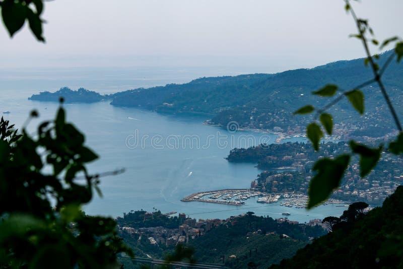 Vue de Rapallo et de Portofino de Montallegro image stock