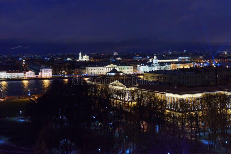 Vue de remblai de Neva de la colonnade de la cathédrale du ` s de St Isaac St Petersburg Russie photos libres de droits