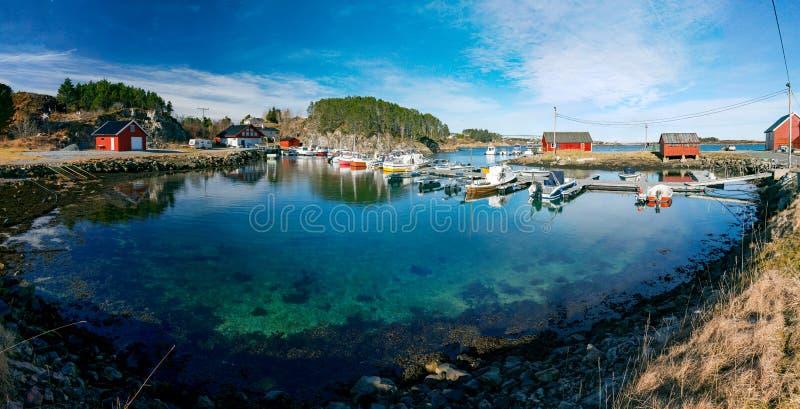 Vue de ressort de marina norvégienne avec des bateaux de pêche s'étendant dans a photographie stock