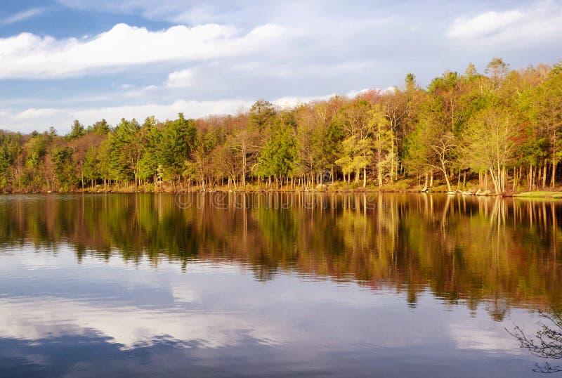 Vue de ressort de parc d'état de Burr Pond photographie stock libre de droits