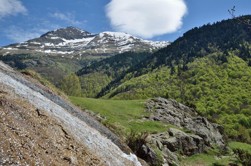 Vue de ressort des montagnes image stock
