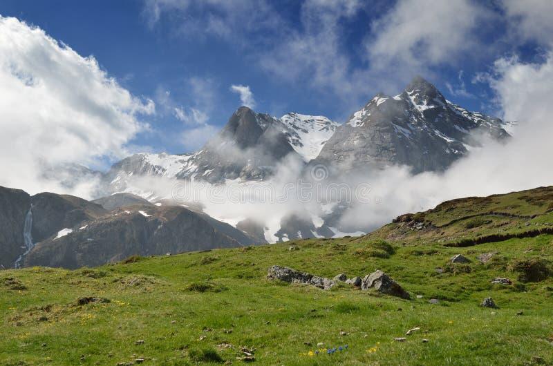 Vue de ressort des montagnes, Pyrénées images libres de droits