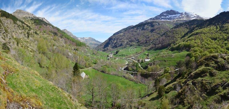 Vue de ressort du village de montagne Gavarnie photo stock